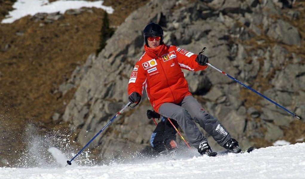 O ex-piloto alemão de Fórmula 1 Michael Schumacher esquia no resort Madonna Di Campiglio, na Itália. Schumacher, piloto mais vitorioso da história da Fórmula 1, luta pela vida em um hospital da França após sofrer um acidente de esqui, disseram os médicos