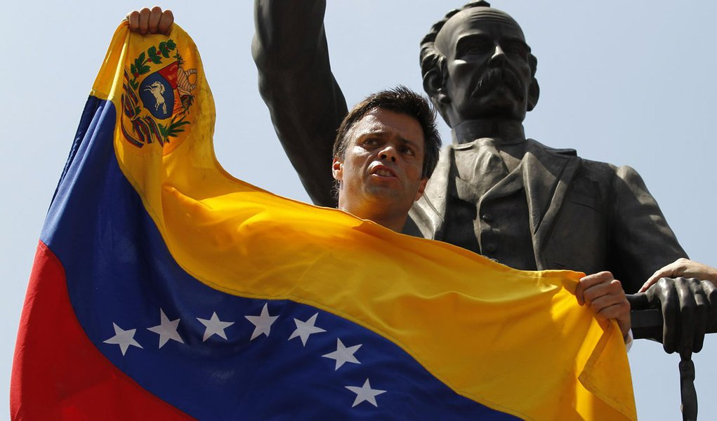 Venezuelan opposition leader Leopoldo Lopez speaks to supporters before handing himself over in Caracas February 18, 2014. Lopez, wanted on charges of fomenting deadly violence, handed himself over to security forces on Tuesday, Reuters witnesses said. Lo
