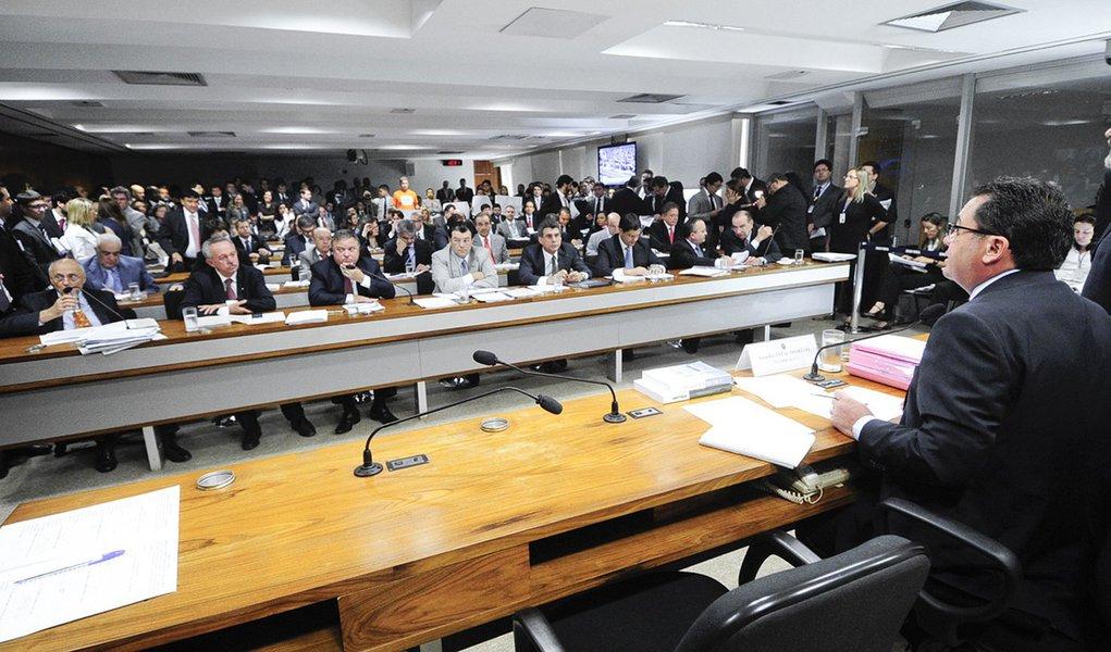 Pedido de vistas leva votação da  PEC 18 para agosto