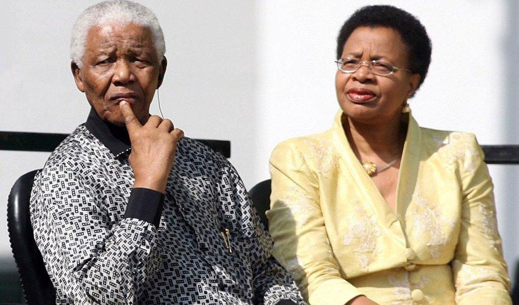 Mandela está bem embora sinta dores, diz esposa
