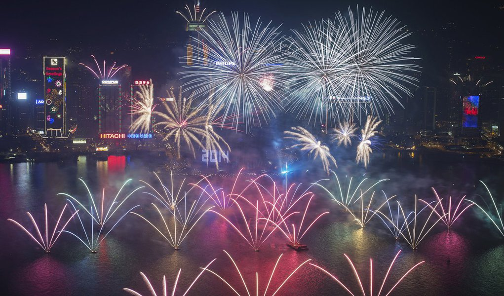 Fireworks explode over Victoria Harbour and Hong Kong Convention and Exhibition Centre during a pyrotechnic show to celebrate the New Year in Hong Kong January 1, 2014. REUTERS/Tyrone Siu (CHINA - Tags: SOCIETY ANNIVERSARY)