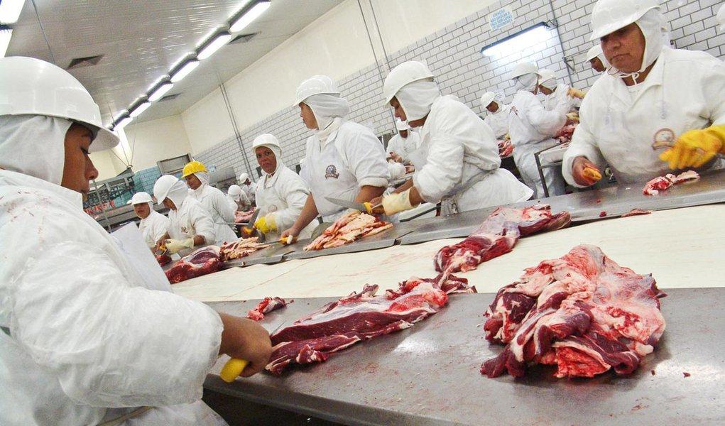 Brasil, Promissão, SP, 09/03/2006 – Foto: Alf Ribeiro – Linha de produção e corte de carne do Frigorífico Marfrig, em Promissão, SP