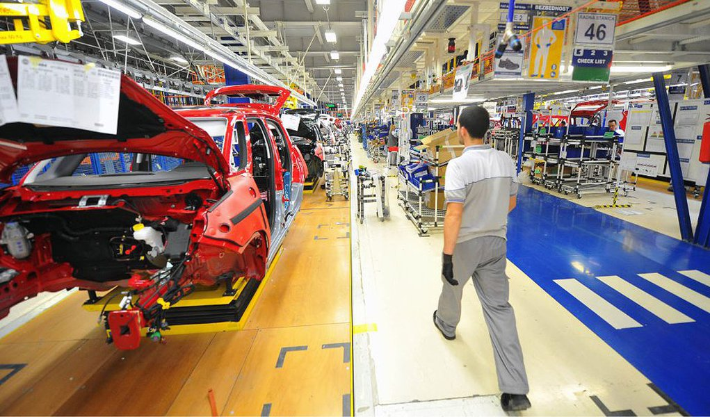 An employee passes Fiat 500L automobiles on the production line at the Fiat Automobili Srbija plant in Kragujevac, Serbia, on Wednesday, March 20, 2013. Fiat Automobili Srbija, a joint venture between the government and Italian carmaker Fiat, is Serbia's