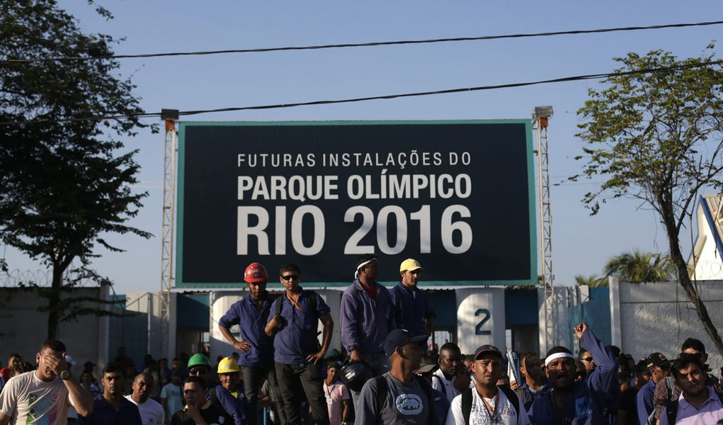 Construction workers on strike stand outside the Rio 2016 Olympic Park construction site in Rio de Janeiro April 8, 2014. Workers building Rio's 2016 Olympic Park fought with security guards on Monday but although shots were fired no one was injured in th