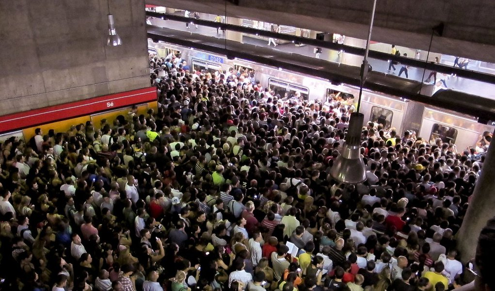Apressado, paulistano esquece de tudo no metrô