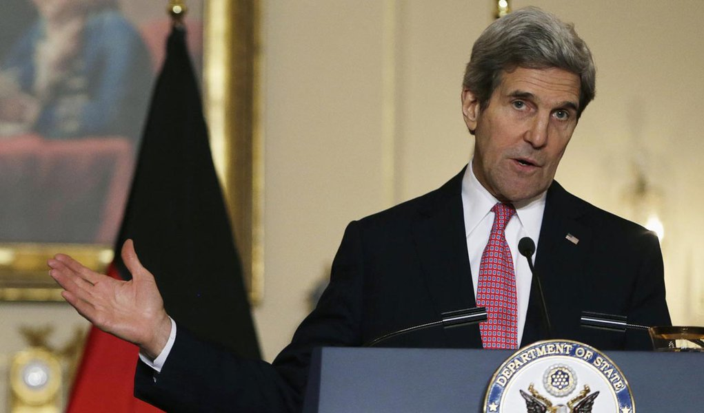 U.S. Secretary of State John Kerry gestures during a joint news conference with German Foreign Minister Frank-Walter Steinmeier (not pictured) at the State Department in Washington February 27, 2014. REUTERS/Gary Cameron  (UNITED STATES - Tags: POLITICS)