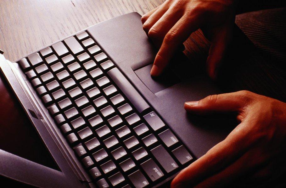 M�os sobre teclado de computador  *** Local Caption *** notebook