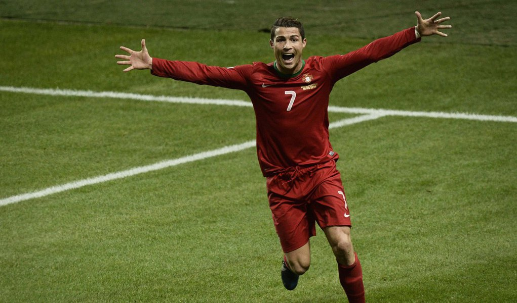 Portugal's Cristiano Ronaldo celebrates his goal against Sweden during the second leg of their 2014 World Cup qualifying soccer match against Portugal at Friends Arena in Stockholm November 19, 2013. REUTERS/Pontus Lundahl/TT News Agency (SWEDEN - Tags: S