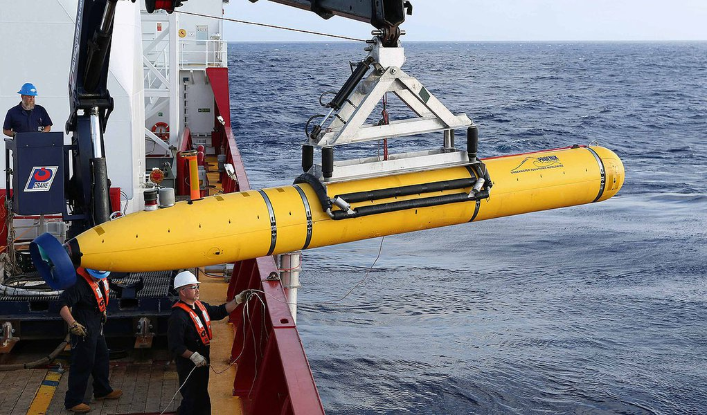 REFILE - CORRECTING BYLINE  Crew aboard the Australian Defence Vessel Ocean Shield move the U.S. Navy's Bluefin-21 autonomous underwater vehicle into position for deployment in the southern Indian Ocean to look for the missing Malaysia Airlines flight M