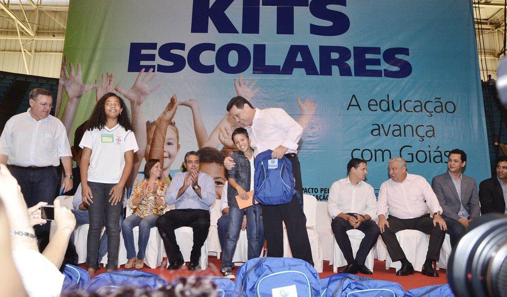Perillo entrega kits escolares a cinco mil alunos