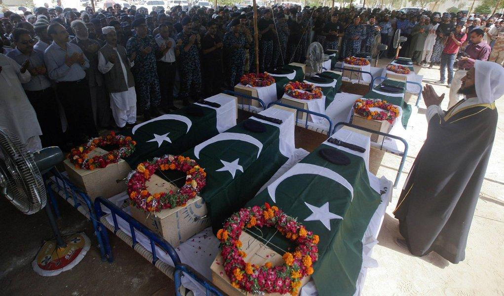 Funeral de membros das forças de segurança paquistanesas mortos durante um ataque ao aeroporto inernacional de Jinnah, em Karachi. 9/06/2014. REUTERS/Athar Hussain