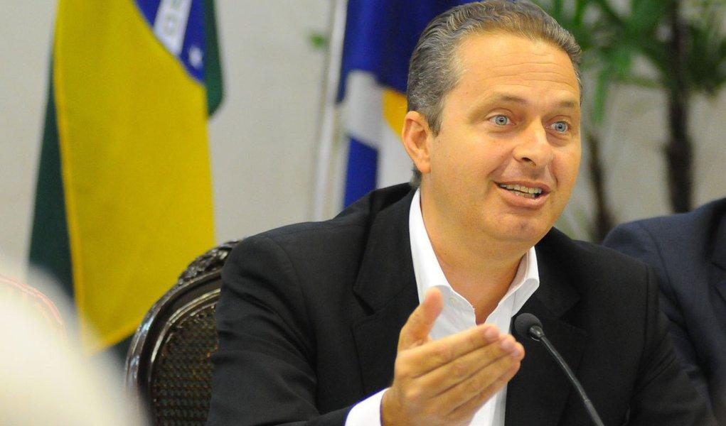 Em meio à crise PT-PMDB, Campos oferece diálogo