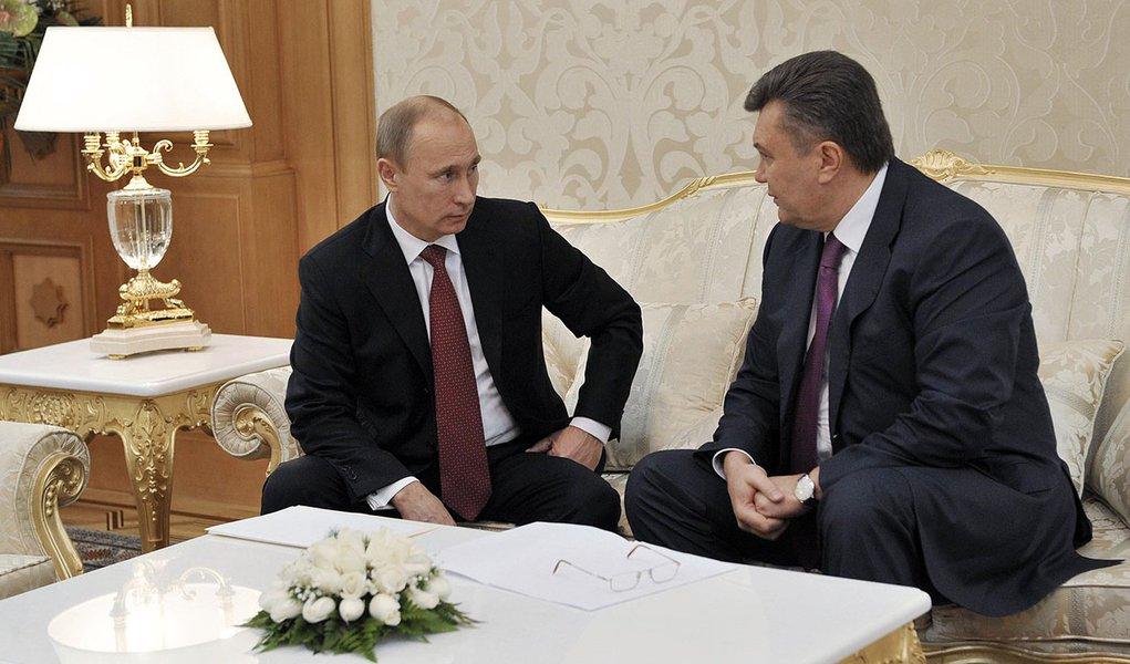 Russian President Vladimir Putin (L) speaks with his Ukrainian counterpart Viktor Yanukovich during their meeting in the Turkmen capital Ashgabat December 5, 2012. REUTERS/Alexei Nikolsky/RIA Novosti/Pool (TURKMENISTAN - Tags: POLITICS) THIS IMAGE HAS BEE