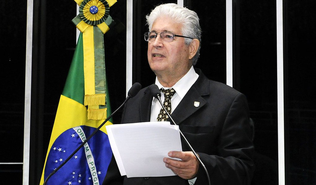 Senador Roberto Requião (PMDB-PR) denuncia o que chamou de processo de privatização do Banco do Brasil