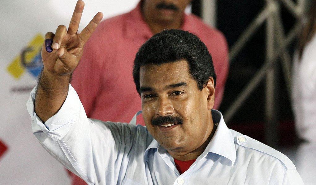 Maduro promove foguetório em resposta a panelaço de opositor
