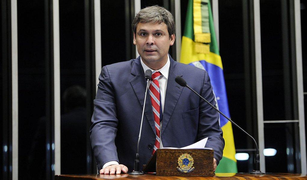 Senador Lindbergh Farias (PT-RJ) defende a aprovação de Proposta de Emenda à Constituição de sua autoria (PEC 51/2013), que prevê a reformulação do sistema de segurança pública e o modelo de polícia adotada pelo Brasil
