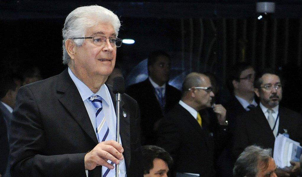 Senador Roberto Requião (PMDB-PR) defende seu pedido de urgência para tramitação do Projeto de Decreto Legislativo (PDS) 31/2013, que permite ao comerciante estabelecer preços diferentes para o mesmo produto no caso de o pagamento ser feito em dinheiro ou