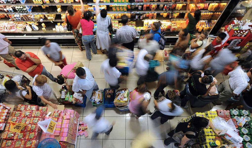 People come to a supermarket to buy food during a break in the curfew imposed by the Honduran goverment, in Tegucigalpa on September 23, 2009. Ousted President Manuel Zelaya holed up in Brazil's embassy seeking reinstatement, urged the UN General Assembly