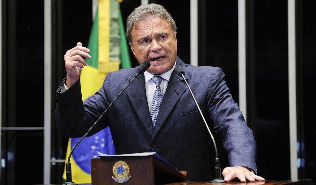 Senador Alvaro Dias (PSDB-PR) diz que considera inconstitucionais empréstimos feitos pelo BNDES, de maneira sigilosa, a países como Cuba e Venezuela