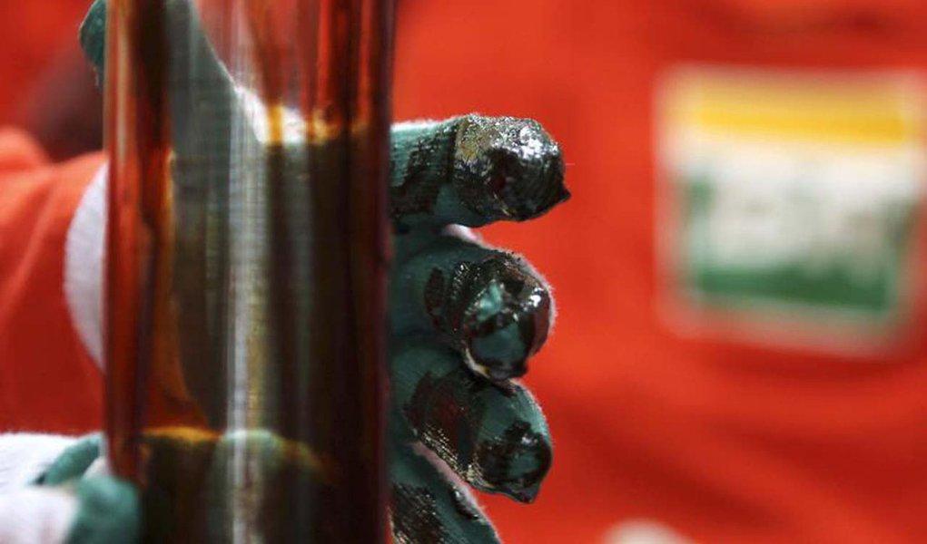 Um trabalhador verifica petróleo na plataforma Cidade Angra dos Reis no campo de Lula, cerca de 300 quilômetros da costa do Rio de Janeiro. A produção de petróleo da Petrobras no Brasil somou 1,965 milhão de barris diários em janeiro, volume 3,3 por cento