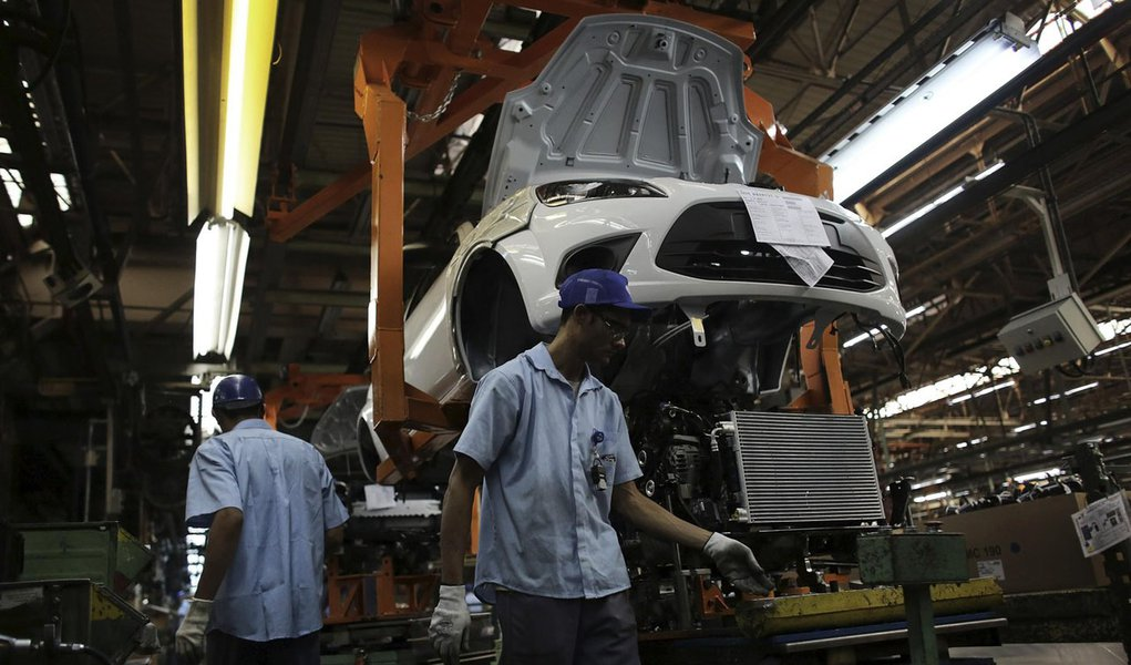 Brazilian workers assemble a Ford car at Sao Bernardo do Campo Ford plant, near Sao Paulo August 13, 2013. The pace of vehicle production in Brazil slipped in July to the lowest daily rate in five months as factories, facing sagging consumer confidence, s