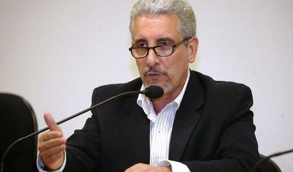 07.12.2005 - Ailton de Freitas - PA - O ex-diretor de Marketing do Banco do Brasil, Henrique Pizzolato, durante depoimento na CPI dos Correios.