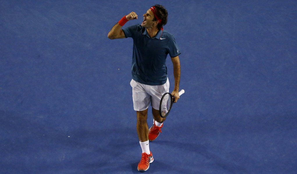 Roger Federer of Switzerland celebrates defeating Andy Murray of Britain in their men's singles quarter-final tennis match at the Australian Open 2014 tennis tournament in Melbourne January 22, 2014. REUTERS/David Gray (AUSTRALIA  - Tags: SPORT TENNIS)