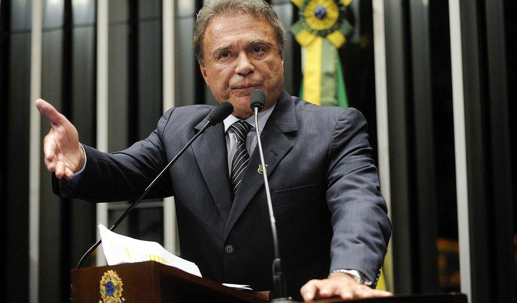 Senador Alvaro Dias (PSDB-PR) manifesta seu apoiou à Marcha dos Elefantes Brancos, uma passeata de policiais federais contra a burocracia e a politicagem na segurança pública