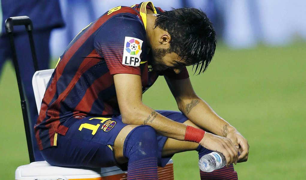 Barcelona's Neymar reacts after losing to Real Madrid at the end their King's Cup final soccer match at Mestalla stadium in Valencia April 16, 2014.                              REUTERS/Albert Gea (SPAIN - Tags: SPORT SOCCER)