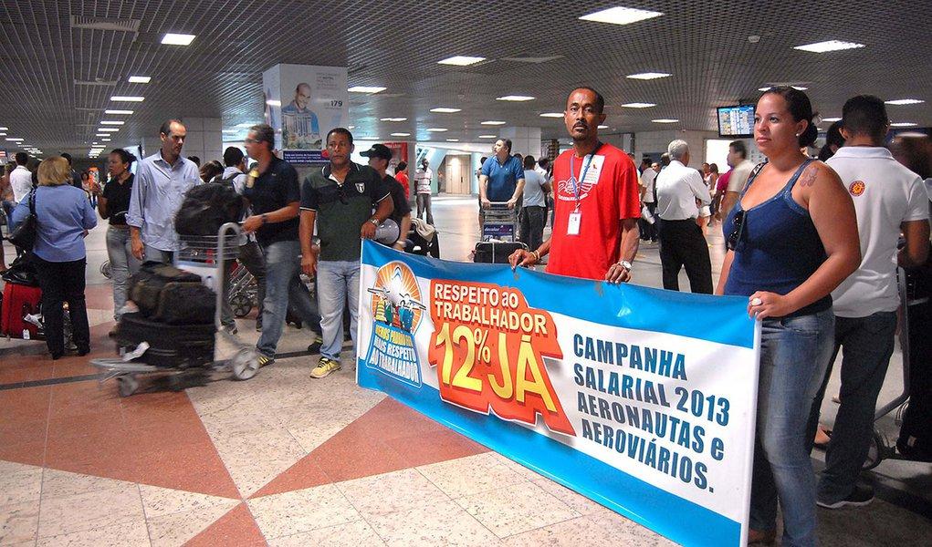 SALVADOR,BA,17.12.2013:AEROPORTO INTERNACIONAL SALVADOR/PROTESTO - Aeroviários protestam no Aeroporto Internacional Deputado Luís Eduardo Magalhães, em Salvador, BA, na manhã desta quarta-feira (18). Eles reivindicam melhores condições de trabalho. (Foto: