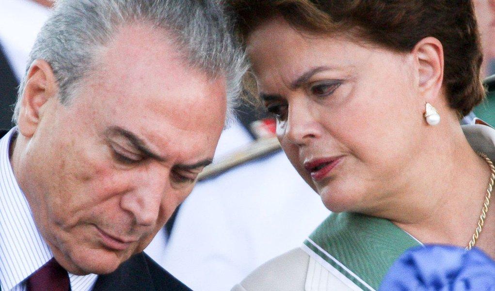 DF - DILMA/EXÉRCITO - GERAL - O vice-Presidente da Michel Temer (e) e a presidente Dilma Rousseff participam da solenidade de comemoração do Dia do Exército Brasileiro no   Quartel General do Exército, no Setor Militar Urbano, em Brasília, nesta terça-fei