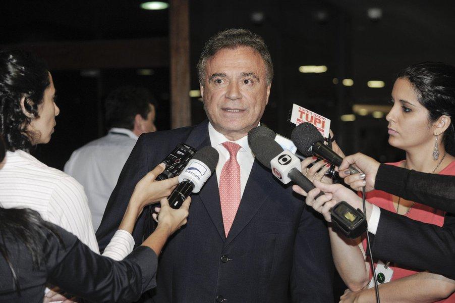 Senador Alvaro Dias (PSDB-PR) concede entrevista após se reunir com líderes partidários para tentar contornar as discordâncias no texto do projeto do Plano Nacional de Educação (PNE), relatado por ele