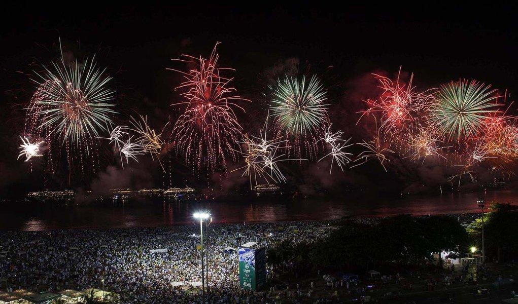 RIO DE JANEIRO,RJ,31.12.2013:RÉVEILLON 2014/COPACABANA/QUEIMA DE FOGOS - Queima de fogos de artifícios da Festa de Réveillon 2014 na Praia de Copacabana, no Rio de Janeiro (RJ), na madrugada desta quarta-feira (01). (Foto: Gustavo Oliveira/Futura Press/Fo