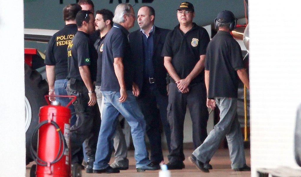 BRASÍLIA, DF, 16.11.2013: DESEMBARQUE/CONDENADOS/MENSALÃO/DF - Condenados do mensalão, José Genoino, José Dirceu e mineiros, desembarcam no hangar da PF em Brasilia. (Foto: Pedro Ladeira/Folhapress)
