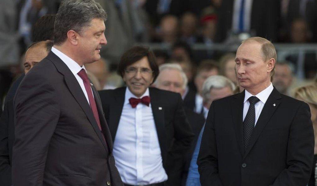 O presidente russo, Vladimir Putin, e o presidente ucraniano, Petro Poroshenko,  se encontram pela primeira vez nesta sexta-feira durante homenagem ao dia D, em Ouistreham, França. 06/06/2014 REUTERS/Alexander Zemlianichenko/Pool