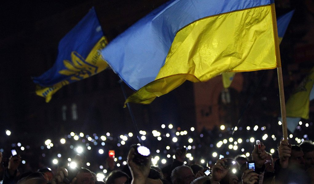 Anti-government protesters light torches and mobile devices during a rally in central Independence Square in Kiev February 21, 2014. Ukraine's opposition leaders signed an EU-mediated peace deal with President Viktor Yanukovich on Friday, aiming to resolv