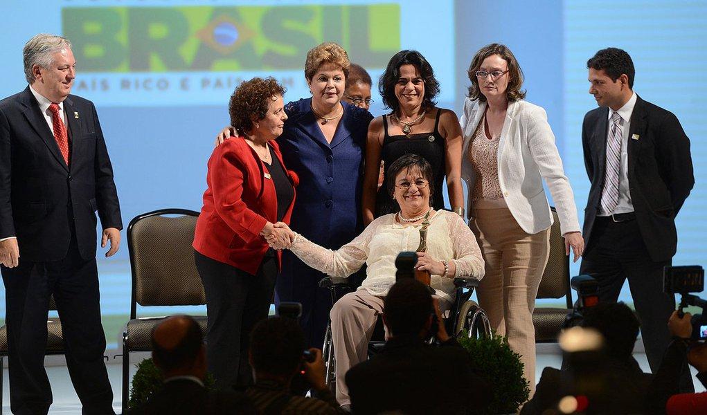 Brasília - A presidenta Dilma Rousseff participa da cerimônia de entrega do Prêmio Direitos Humanos 2013, durante o Fórum Mundial de Direitos Humanos.  Na foto, Maria de Penha Maia Fernandes, que inspirou a Lei Maria da Penha que combate a violência domés