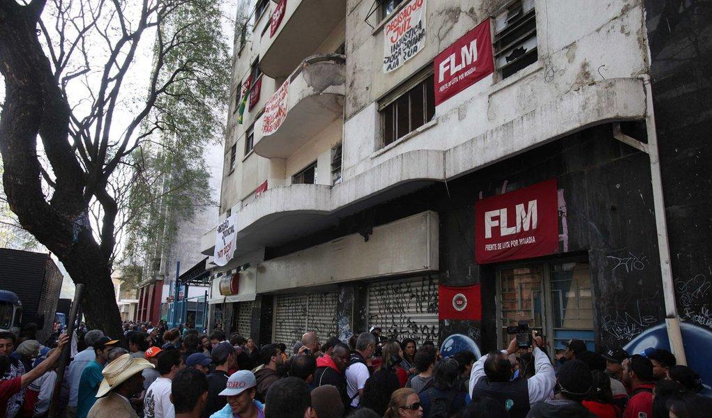 Cerca de 300 pessoas deixam prédio ocupado em São Paulo