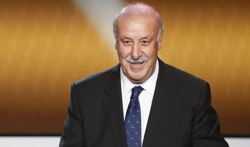 FIFA Men's Coach of the Year 2012 Vicente del Bosque of Spain speaks during the FIFA Ballon d'Or 2012 Gala at the Kongresshaus in Zurich January 7, 2013.  REUTERS/Michael Buholzer (SWITZERLAND - Tags: SPORT SOCCER)
