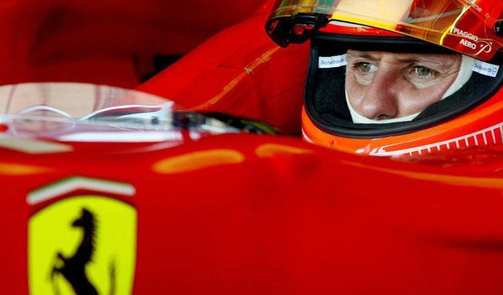 O piloto de Fórmula Um da Ferrari Michael Schumacher senta-se em seu veículo antes de sessão de treinamento na pista de Jerez, Espanha. Os médicos franceses que estão cuidando do alemão Michael Schumacher disseram que a condição do heptacampeão mundial de