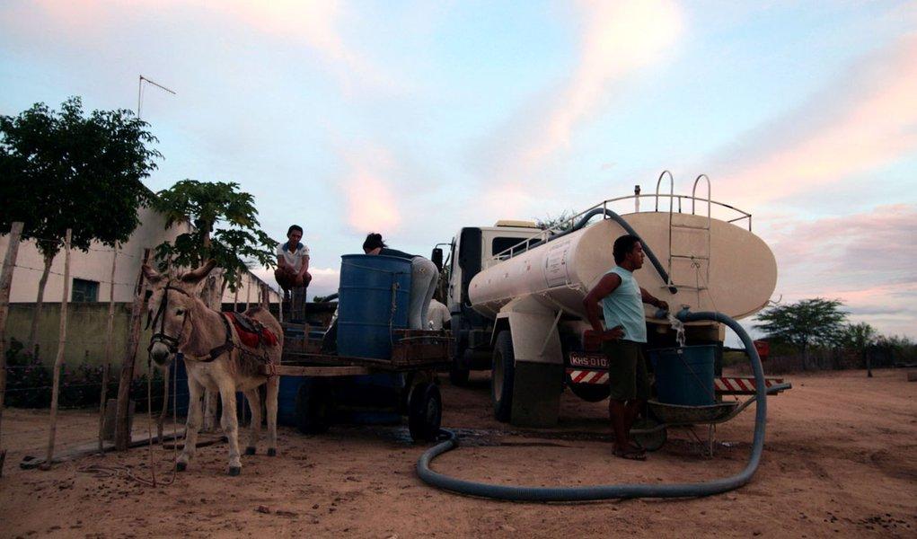 Contra a seca, Governo amplia frota de carros-pipa