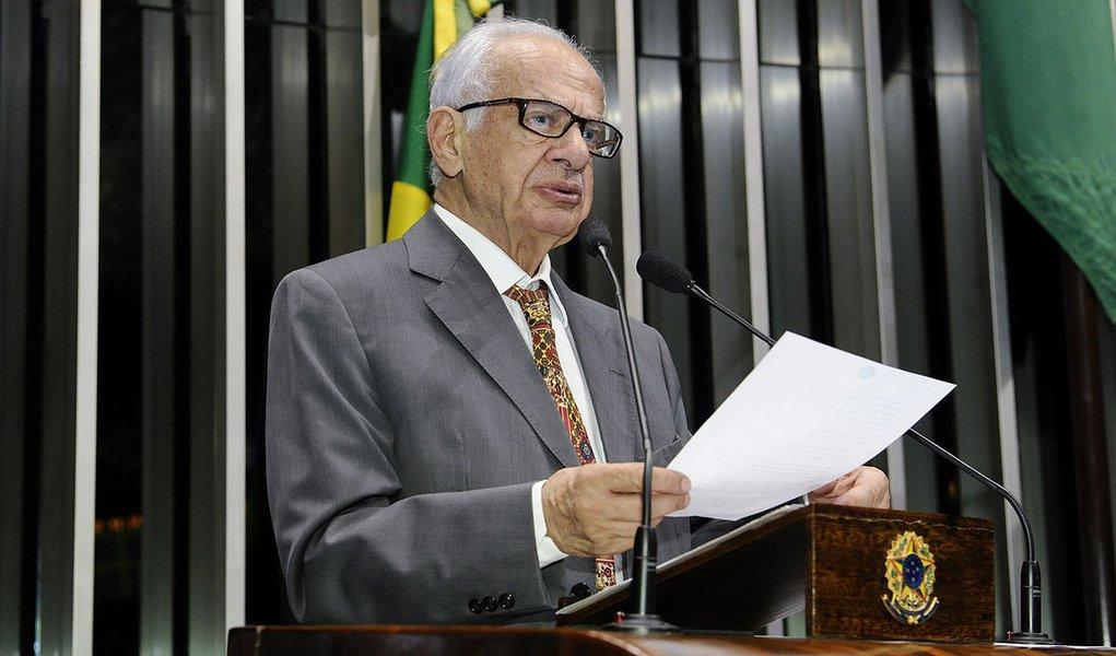 Senador Pedro Simon (PMDB-RS) critica a possibilidade de o Brasil financiar a construção de um grande porto no Uruguai, o que, em sua opinião, vai contra a promessa do governo de investir na infraestrutura portuária brasileira