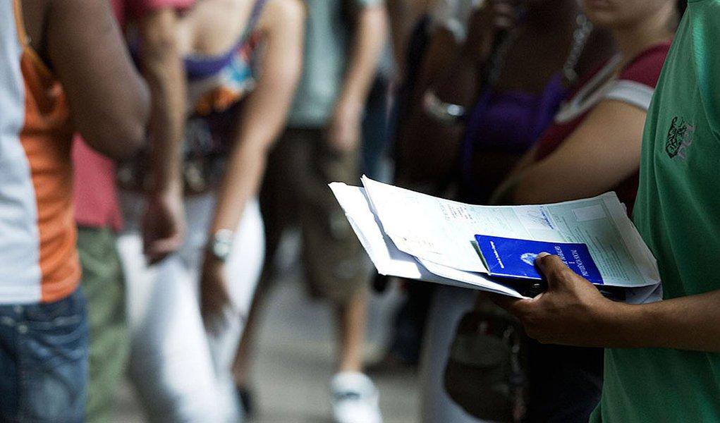 Na foto fila do desemprego -  carteira de trabalho. 29/10/2013 Foto: Divulgaçao