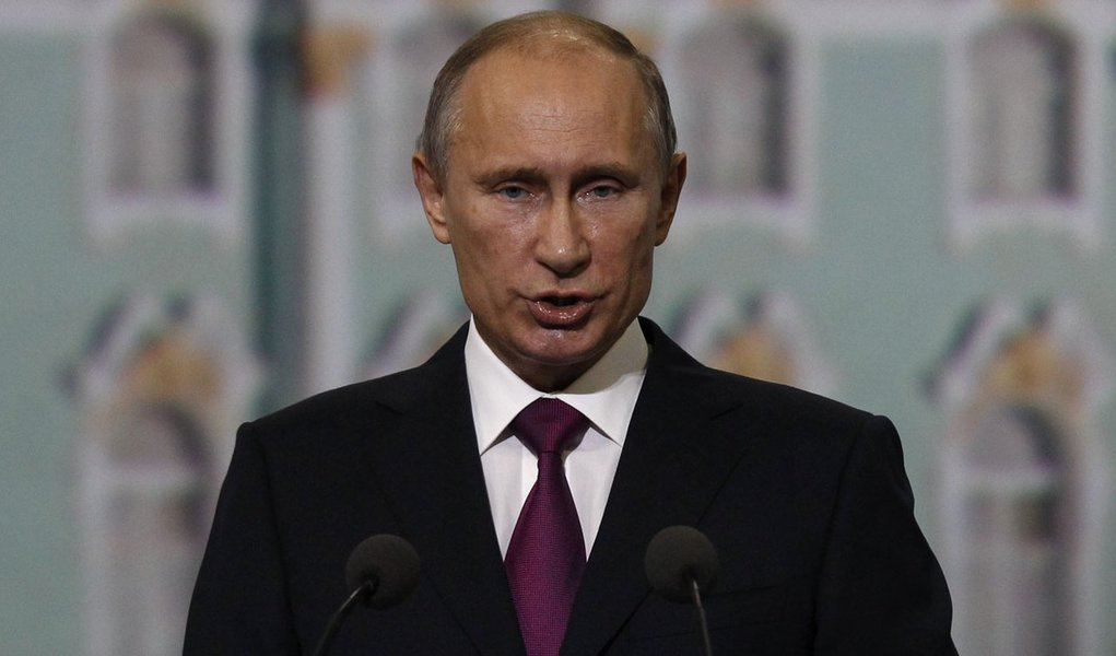 Russian President Vladimir Putin addresses participants of the St. Petersburg International Economic Forum in St. Petersburg, June 21, 2013. Putin on Friday defended Russian arms deals with Syrian President Bashar al-Assad's government and said the West s