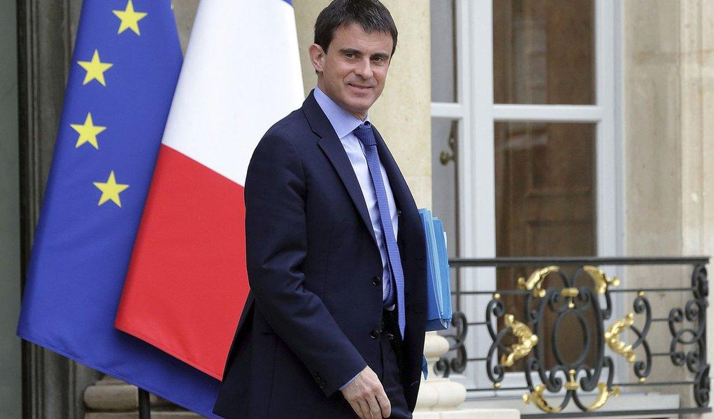 Primeiro-ministro da França, Manuel Valls, ao sair de uma reunião no Palácio do Eliseu, em Paris. Valls prometeu nesta segunda-feira promover mais cortes de impostos neste ano, dizendo que o triunfo do partido de extrema direita Frente Nacional nas ele