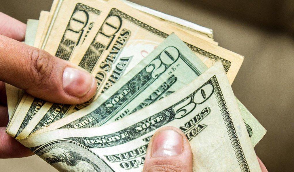 CURITIBA, PR, 19.08.2013: DÓLAR/ECONOMIA -  Apesar da intervenção do Banco Central pela manhã, o dólar à vista, referência para as negociações no mercado financeiro, registra forte alta nesta segunda-feira (19) com o mercado cauteloso com o futuro dos est