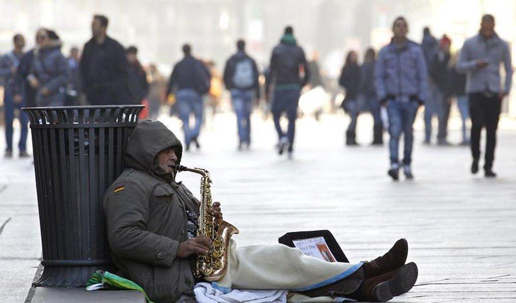 Um músico de rua se apresenta no centro de Milão. A pobreza chegou ao nível mais elevado na Itália em pelo menos 16 anos como resultado da crise econômica que provocou o aumento do desemprego e a redução do valor dos salários, de acordo com um estudo sobr