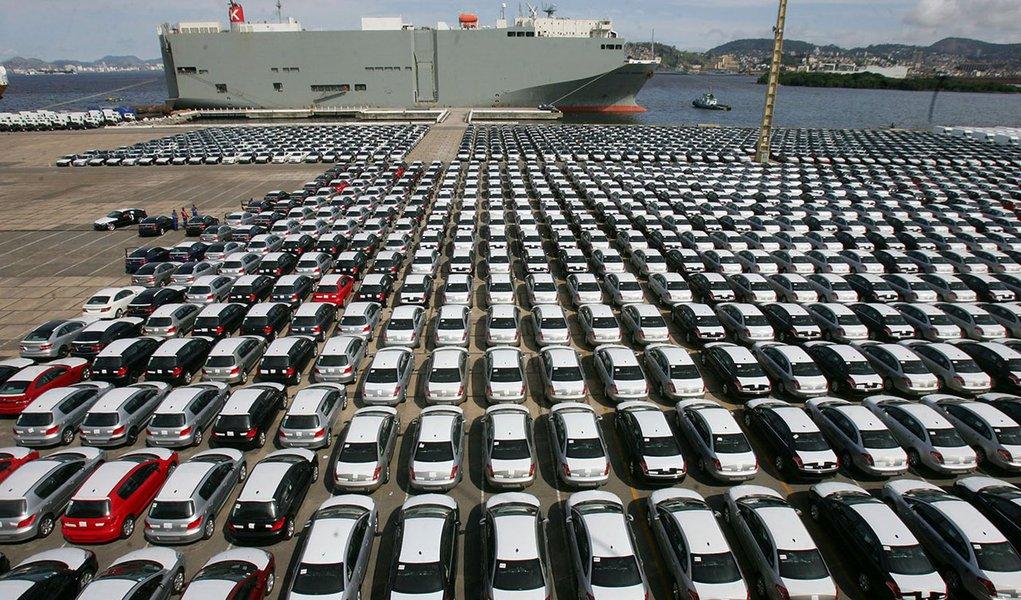 Brasil, Rio de Janeiro, RJ. 12/11/2008. Veículos no terminal portuário de cargas do Rio de Janeiro. No mês de outubro de 2008, o mercado de carros novos caiu 11% em relação ao mês anterior, desencadeando uma onda de anúncios de férias coletivas e redução
