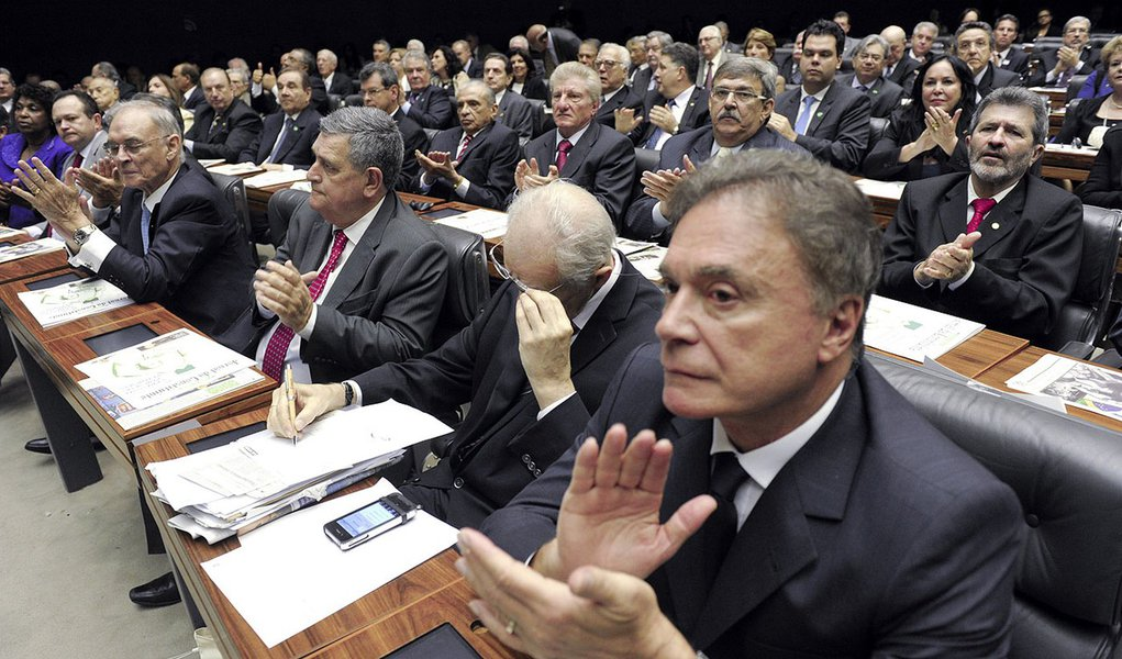 (E) Senador Alvaro Dias (PSDB-PR) durante sessão solene em homenagem aos 25 anos da promulgação da Constituição Federal