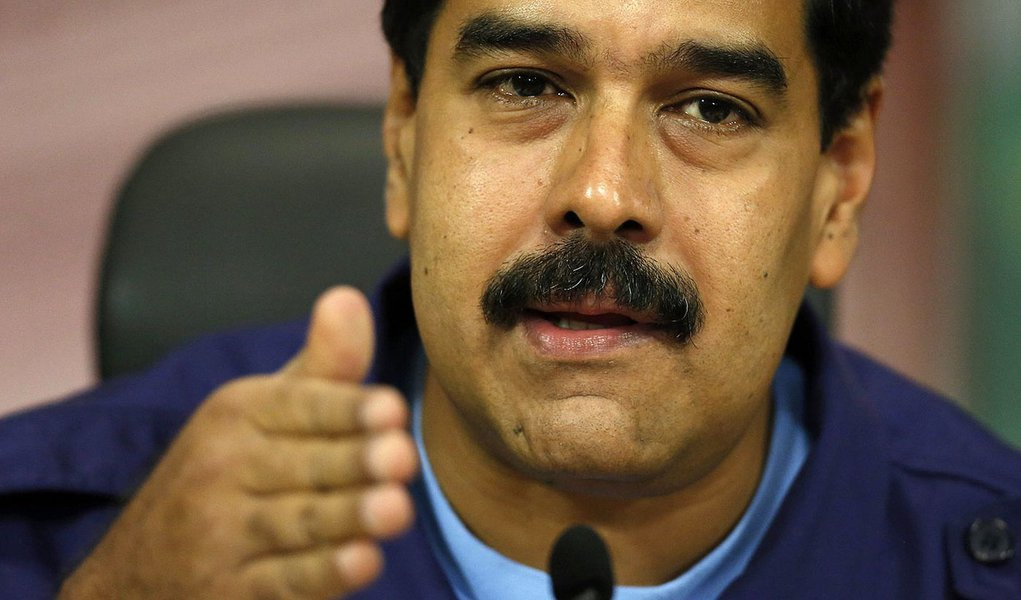Venezuelan President Nicolas Maduro attends a press conference at Miraflores Palace in Caracas February 21, 2014. Venezuela's jailed protest leader urged supporters on Friday to keep demonstrating peacefully against President Maduro despite violence that